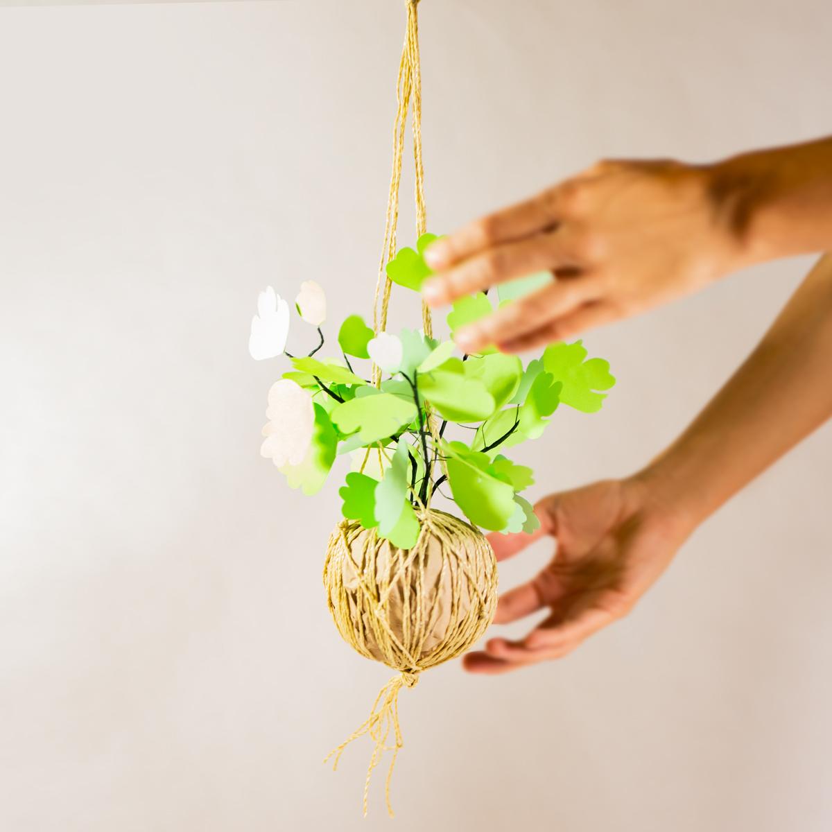 jungla, plantas de papel. kokedama helecho13